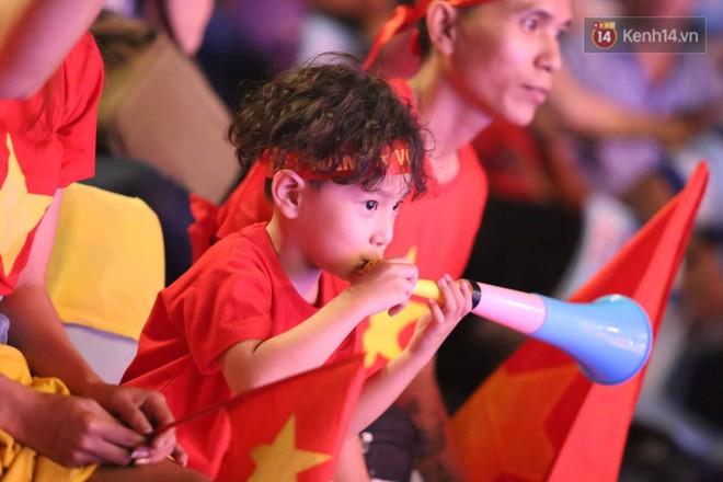 Hiệp một kết thúc với tỷ số hòa không bàn thắng, CĐV Việt Nam thở phào trước hàng loạt pha hãm thành của Thái Lan-23