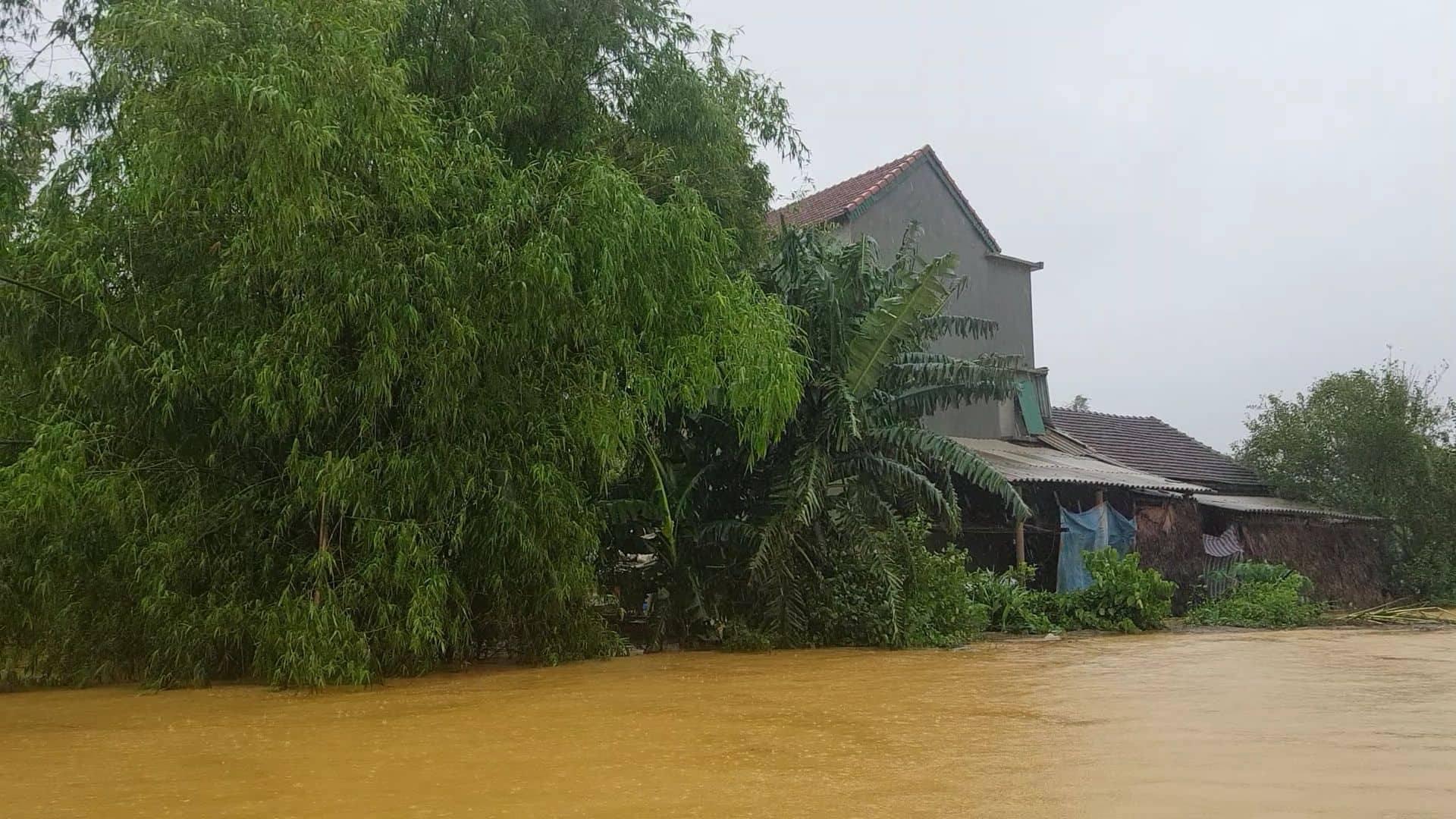Mưa lũ kinh hoàng tại Hà Tĩnh: Nhà ngập đến tận nóc, người dân khốn khổ sống cô lập trong biển nước-1