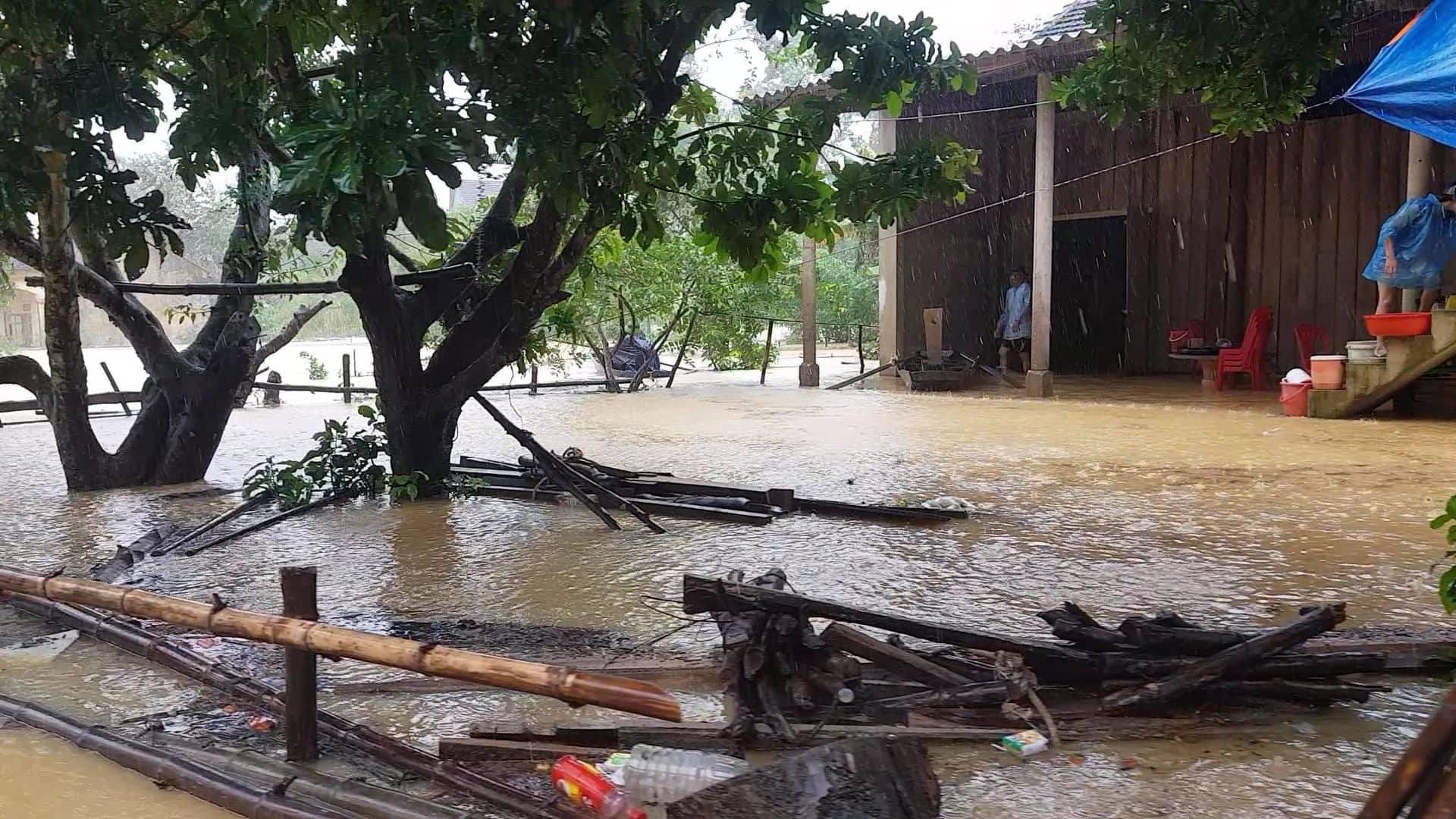 Mưa lũ kinh hoàng tại Hà Tĩnh: Nhà ngập đến tận nóc, người dân khốn khổ sống cô lập trong biển nước-2
