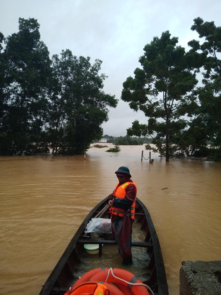 Mưa lũ kinh hoàng tại Hà Tĩnh: Nhà ngập đến tận nóc, người dân khốn khổ sống cô lập trong biển nước-3