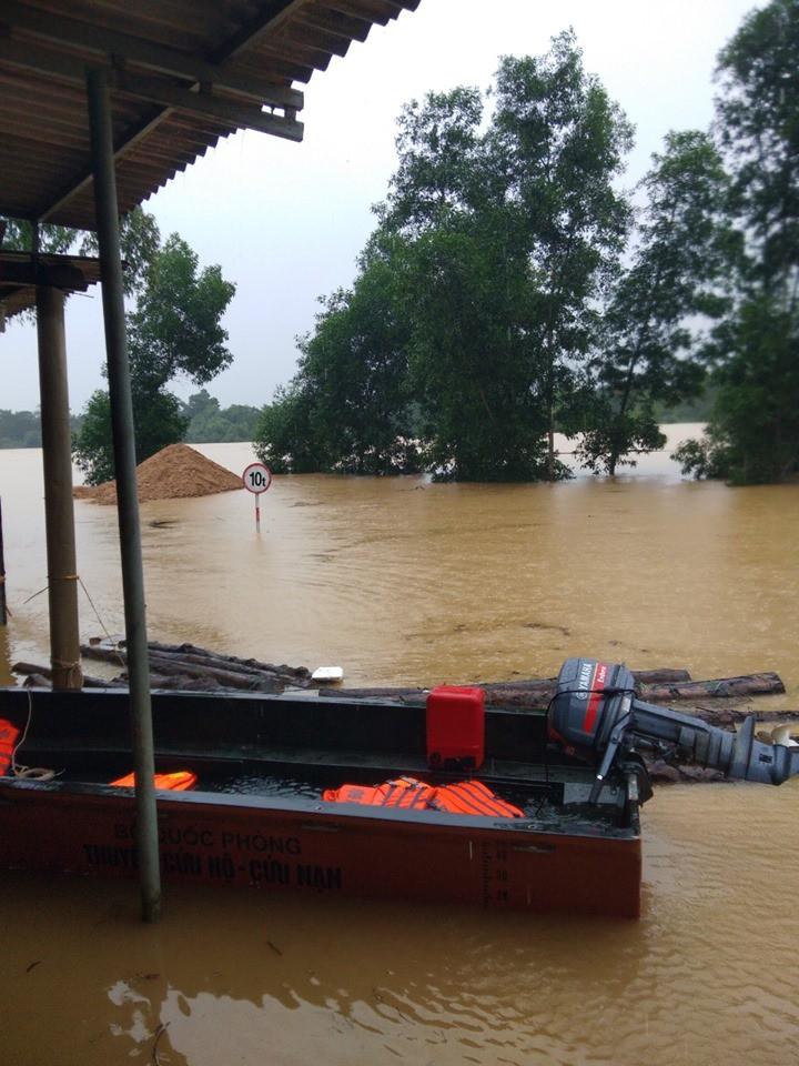 Mưa lũ kinh hoàng tại Hà Tĩnh: Nhà ngập đến tận nóc, người dân khốn khổ sống cô lập trong biển nước-4