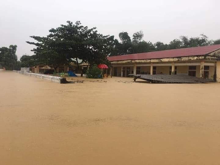 Mưa lũ kinh hoàng tại Hà Tĩnh: Nhà ngập đến tận nóc, người dân khốn khổ sống cô lập trong biển nước-6