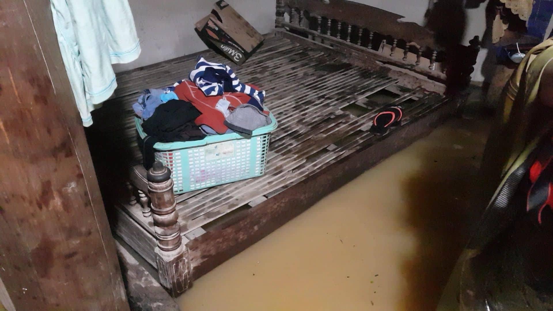 Mưa lũ kinh hoàng tại Hà Tĩnh: Nhà ngập đến tận nóc, người dân khốn khổ sống cô lập trong biển nước-9