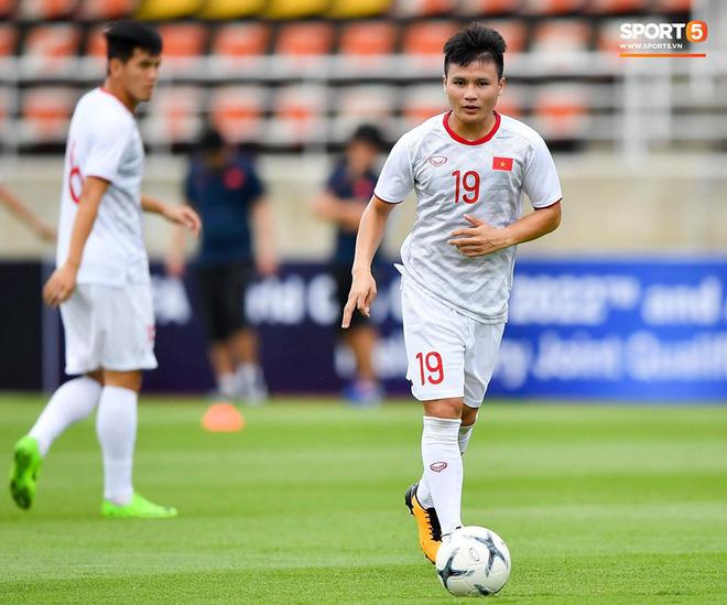 Fan Thái Lan có hành động xấu, giơ ngón tay thối trên khán đài khi nghe đọc tên HLV Park Hang-seo-14