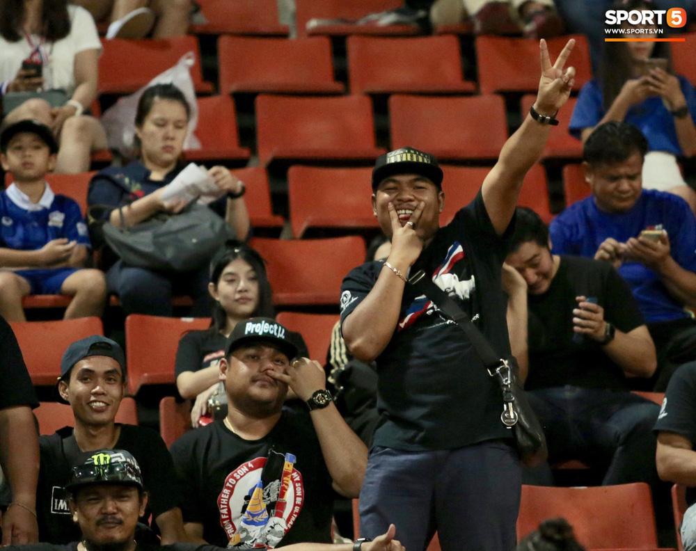 Fan Thái Lan có hành động xấu, giơ ngón tay thối trên khán đài khi nghe đọc tên HLV Park Hang-seo-6