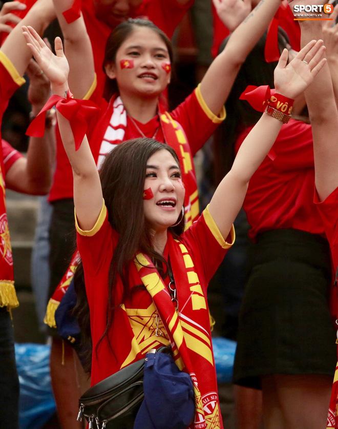 Fan Thái Lan có hành động xấu, giơ ngón tay thối trên khán đài khi nghe đọc tên HLV Park Hang-seo-9
