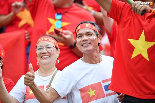 Fan Thái Lan có hành động xấu, giơ ngón tay thối trên khán đài khi nghe đọc tên HLV Park Hang-seo-13