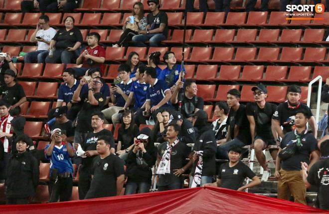 Fan Thái Lan có hành động xấu, giơ ngón tay thối trên khán đài khi nghe đọc tên HLV Park Hang-seo-2