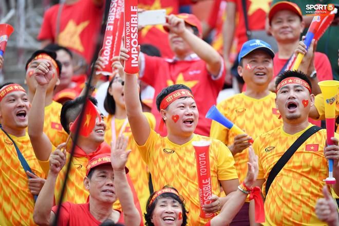 Fan Thái Lan có hành động xấu, giơ ngón tay thối trên khán đài khi nghe đọc tên HLV Park Hang-seo-12