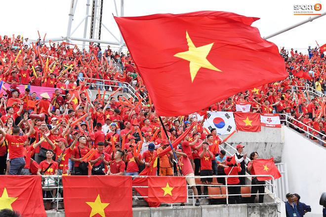 Fan Thái Lan có hành động xấu, giơ ngón tay thối trên khán đài khi nghe đọc tên HLV Park Hang-seo-11