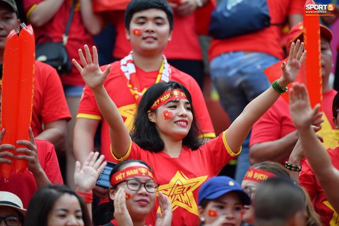 Fan Thái Lan có hành động xấu, giơ ngón tay thối trên khán đài khi nghe đọc tên HLV Park Hang-seo-7