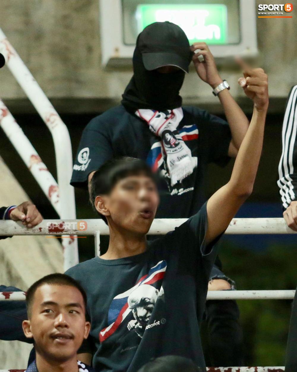 Fan Thái Lan có hành động xấu, giơ ngón tay thối trên khán đài khi nghe đọc tên HLV Park Hang-seo-4