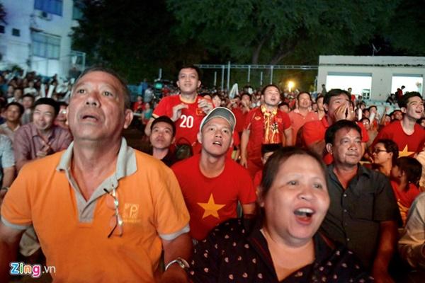Người hâm mộ Việt Nam thở phào sau khi hòa Thái 0 - 0-16