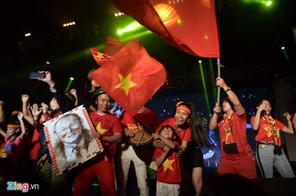 Người hâm mộ Việt Nam thở phào sau khi hòa Thái 0 - 0-17