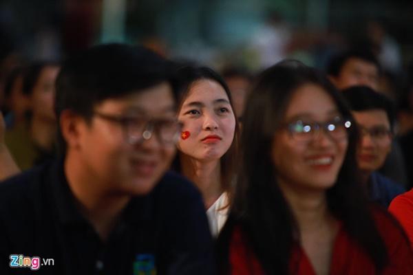 Người hâm mộ Việt Nam thở phào sau khi hòa Thái 0 - 0-11