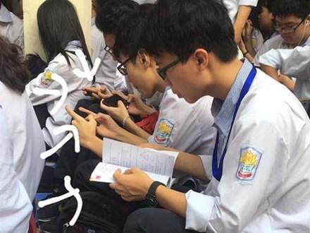 Chăm ngoan trên lớp chưa đủ, hội con ngoan trò giỏi còn mang cả sách vở, bài tập ra sân trường ngồi học trong ngày khai giảng