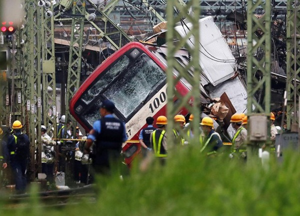 Hiện trường khủng khiếp vụ tàu cao tốc đâm nát xe tải ở Nhật Bản-2