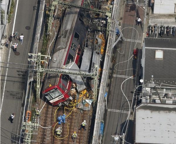 Hiện trường khủng khiếp vụ tàu cao tốc đâm nát xe tải ở Nhật Bản-3