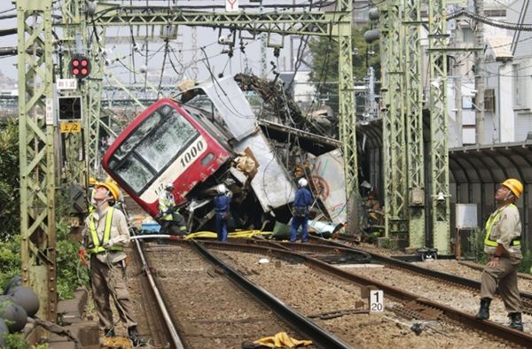 Hiện trường khủng khiếp vụ tàu cao tốc đâm nát xe tải ở Nhật Bản-4