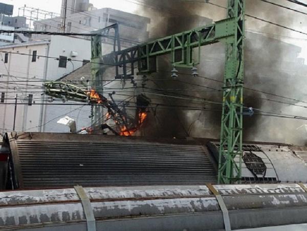Hiện trường khủng khiếp vụ tàu cao tốc đâm nát xe tải ở Nhật Bản-5