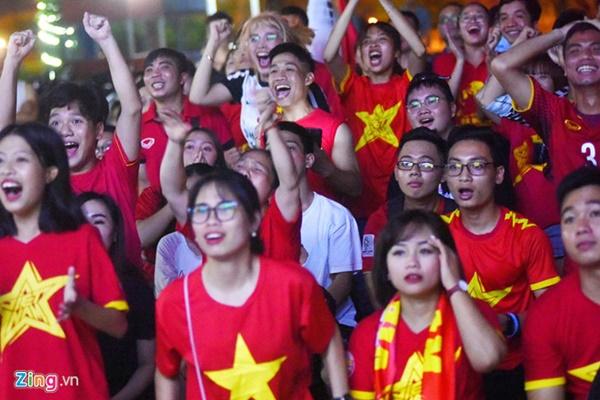 Người hâm mộ Việt Nam thở phào sau khi hòa Thái 0 - 0-1