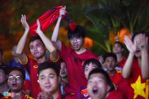 Người hâm mộ Việt Nam thở phào sau khi hòa Thái 0 - 0-3