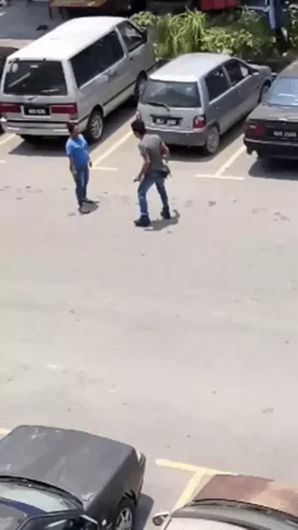Cãi nhau kịch liệt giữa đường, chồng không lao vào đánh vợ mà... tự tát chính mình hơn chục cái đau điếng-1