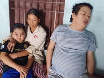 Nhói lòng câu hỏi của bé gái 11 tuổi mắc bệnh hiểm nghèo bên người cha liệt giường: