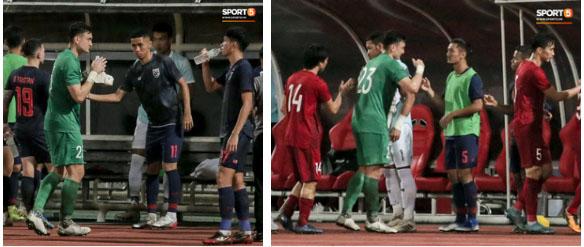 Công Phượng trò chuyện, nắm chặt tay Messi Thái Lan trước những cái nhìn kỳ lạ của đồng đội-8