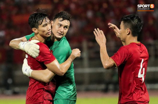 Công Phượng trò chuyện, nắm chặt tay Messi Thái Lan trước những cái nhìn kỳ lạ của đồng đội-12