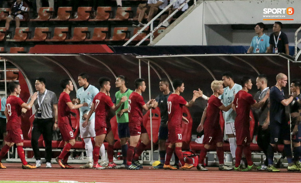 Công Phượng trò chuyện, nắm chặt tay Messi Thái Lan trước những cái nhìn kỳ lạ của đồng đội-1