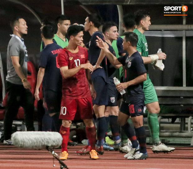 Công Phượng trò chuyện, nắm chặt tay Messi Thái Lan trước những cái nhìn kỳ lạ của đồng đội-2