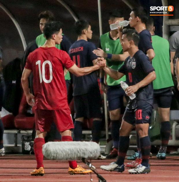 Công Phượng trò chuyện, nắm chặt tay Messi Thái Lan trước những cái nhìn kỳ lạ của đồng đội-3
