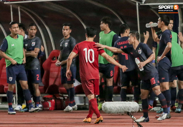 Công Phượng trò chuyện, nắm chặt tay Messi Thái Lan trước những cái nhìn kỳ lạ của đồng đội-4