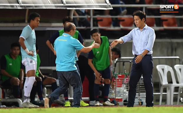 Công Phượng trò chuyện, nắm chặt tay Messi Thái Lan trước những cái nhìn kỳ lạ của đồng đội-5