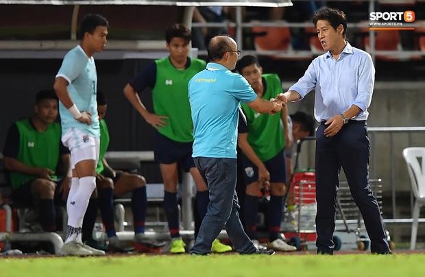 Công Phượng trò chuyện, nắm chặt tay Messi Thái Lan trước những cái nhìn kỳ lạ của đồng đội-6