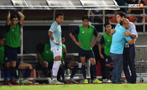 Công Phượng trò chuyện, nắm chặt tay Messi Thái Lan trước những cái nhìn kỳ lạ của đồng đội-7