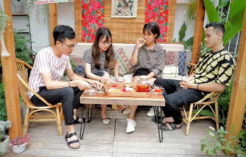 Cafe lạ Hà Nội, bà chủ tự làm 2.000 bánh trung thu tặng khách-4