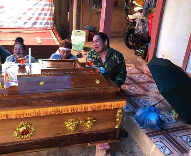 Đám tang đẫm nước mắt của 2 mẹ con sản phụ chết bất thường ở bệnh viện Sơn La: Bé trai 6 tuổi ngơ ngác ngồi bên linh cữu mẹ-6