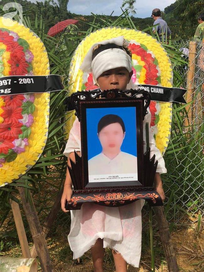 Đám tang đẫm nước mắt của 2 mẹ con sản phụ chết bất thường ở bệnh viện Sơn La: Bé trai 6 tuổi ngơ ngác ngồi bên linh cữu mẹ-7