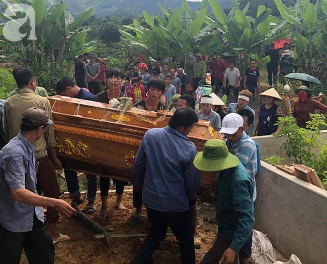 Đám tang đẫm nước mắt của 2 mẹ con sản phụ chết bất thường ở bệnh viện Sơn La: Bé trai 6 tuổi ngơ ngác ngồi bên linh cữu mẹ-8