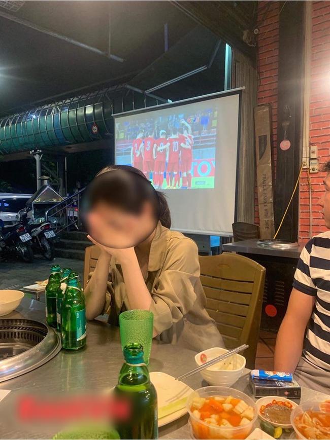 Đang đi ăn ủng hộ U23 VN, cô gái chợt thấy trên tivi chiếu cảnh người yêu đang ở SVĐ làm điều không tưởng đến nỗi bật khóc tại chỗ-2