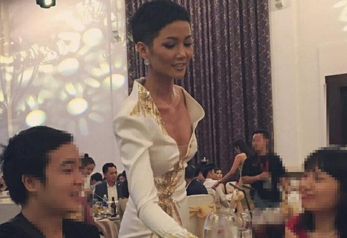 Diện váy xẻ ngực toang hoác, HHen Niê không chỉ khiến dân tình thót tim mà còn để lộ vòng 1 phổng phao bất thường-6