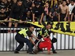 CĐV Malaysia và Indonesia gây bạo loạn ở vòng loại World Cup 2022: Ném pháo sáng và bom khói vào nhau, một người bị đâm trọng thương-6