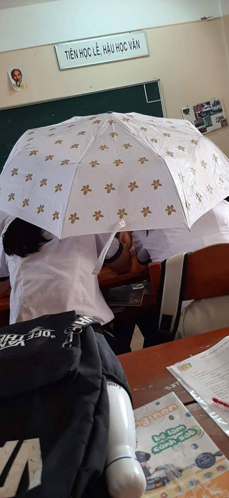 Trần nhà bị dột, hai nam sinh mang luôn ô vào phòng ngồi học ung dung-3