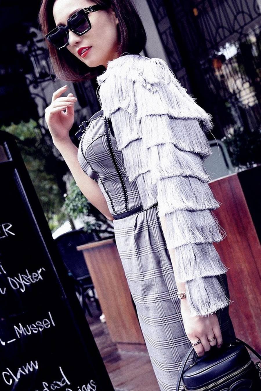 Lã Thanh Huyền tái xuất với loạt váy áo cắt xẻ táo bạo và gợi cảm-1
