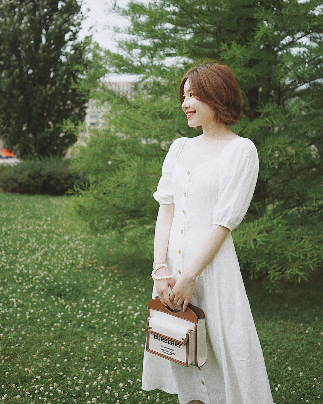 Ngắm Sam yêu kiều và sang chảnh bức người khi diện váy trắng, thế nào chị em cũng muốn sắm ngay vài chiếc-9