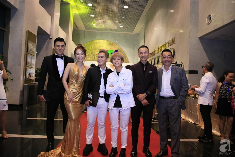 Thảm đỏ VTV Awards 2019: Quốc Trường cực bảnh bao bên Bảo Thanh, bố Sơn Trung Anh lại sánh đôi cùng tiểu tam Quỳnh Nga-14