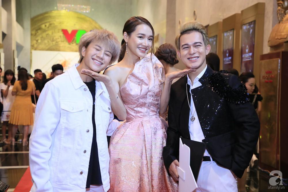 Thảm đỏ VTV Awards 2019: Quốc Trường cực bảnh bao bên Bảo Thanh, bố Sơn Trung Anh lại sánh đôi cùng tiểu tam Quỳnh Nga-16