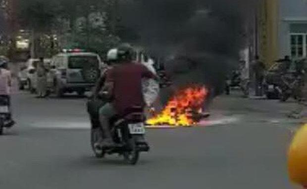 Xe máy bốc cháy ngùn ngụt khi tông nhau trực diện, 2 người bị thương nặng-1